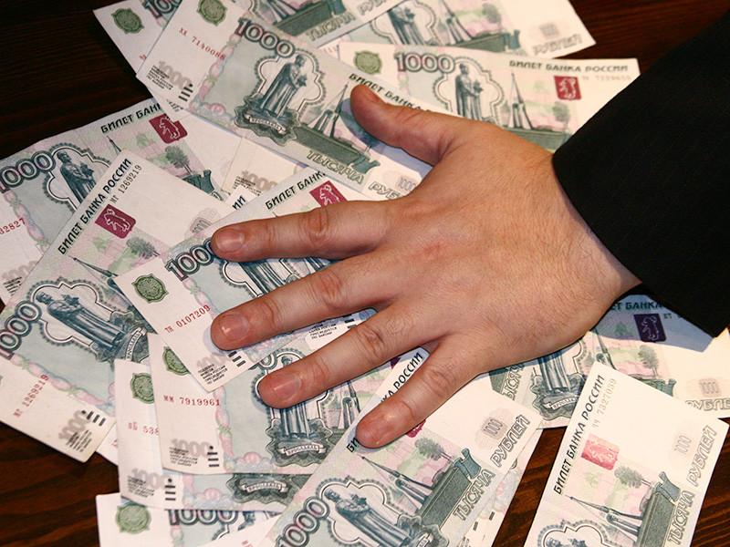 Экс-судье Асбестовского городского суда Свердловской области Максиму Виноградову заочно предъявлено обвинение в получении взятки с ее вымогательством в особо крупном размере