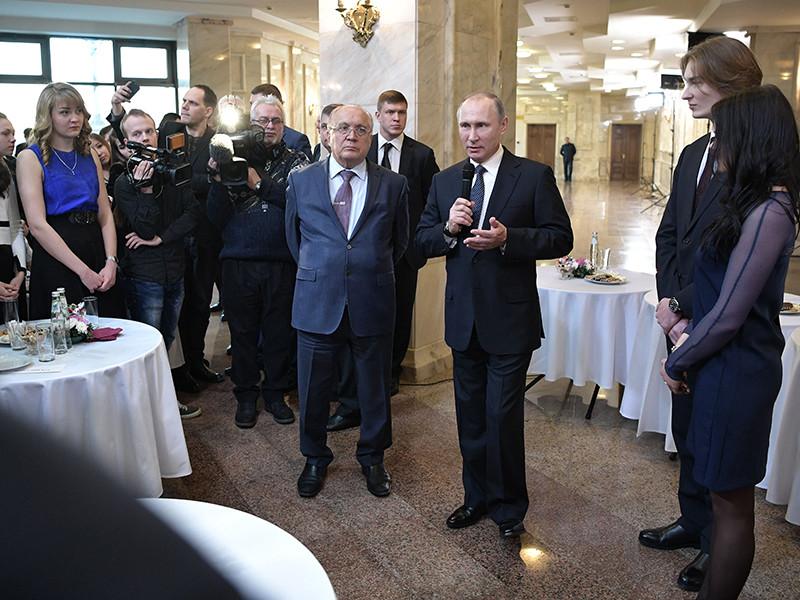 Президент РФ Владимир Путин на встрече со студентами МГУ рассказал, как он участвовал в такой работе и освоил профессию плотника, а также выразил уверенность в том, что стройотряды дают закалку на всю жизнь