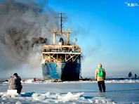 У берегов Владивостока на брошенном теплоходе произошел пожар. Спасатели бездействуют, горожане увлечены селфи (ВИДЕО)