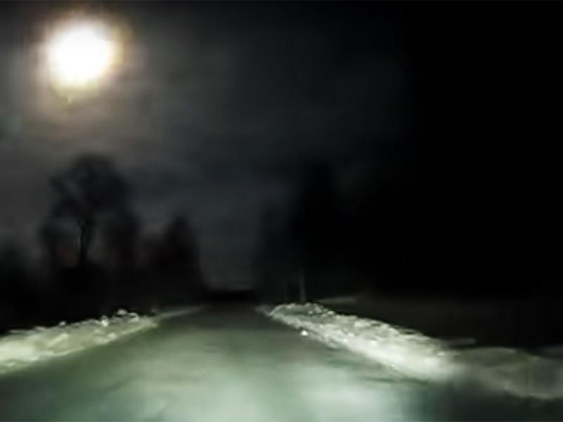 В Сети появились снятые на видеорегистраторы автомобилей записи, запечатлевшие падение светящихся небесных тел над Архангельской областью во время новогодних каникул