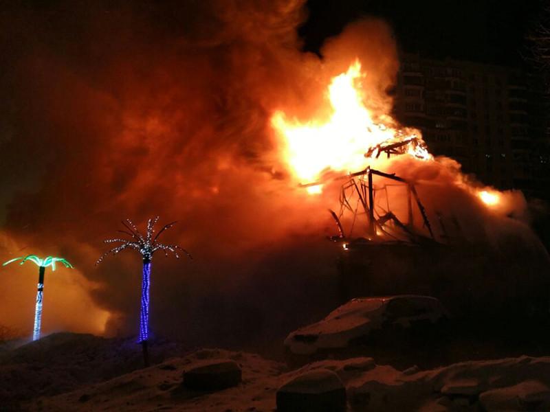 На северо-востоке Москвы произошел крупный пожар: сгорело двухэтажное административное здание, в котором работала гостиница-ресторан
