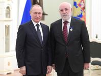 Сайт Кремля отдельно отмечает, что специальные знаки отличия за большой вклад в благотворительную и общественную деятельность глава государства вручил Виктору Вексельбергу и Алишеру Усманову
