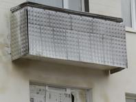 На Урале мать вывесила ребенка над землей с балкона пятого этажа