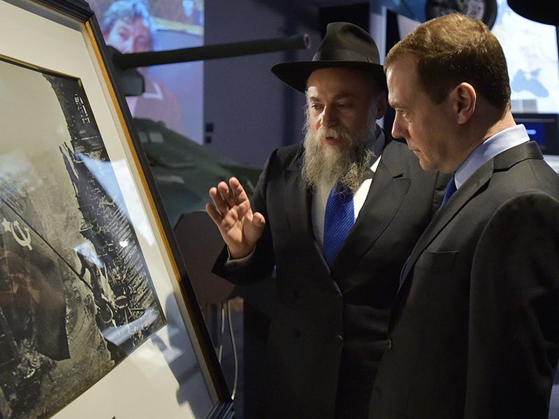 Глава правительства РФ Дмитрий Медведев накануне Международного дня памяти жертв Холокоста посетил Еврейский музей и Центр толерантности