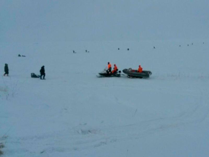 На Сахалине уносит в море два десятка рыбаков на льдине