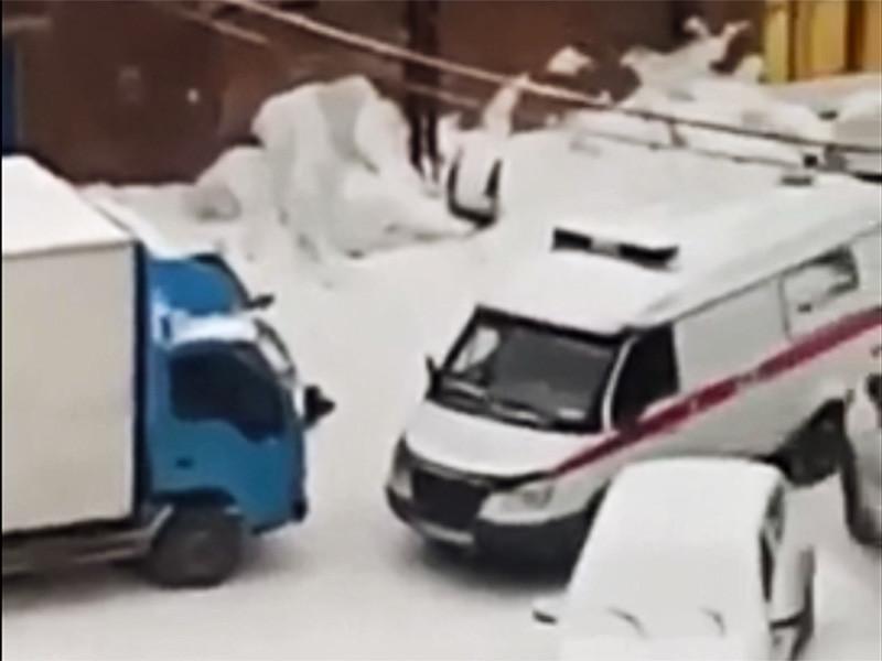 Новосибирское управление Следственного комитета заинтересовалось появившейся в соцсетях видеозаписью 20-минутного препирательства медиков из бригады скорой помощи с водителем грузовика, который отказывался освобождать проезд