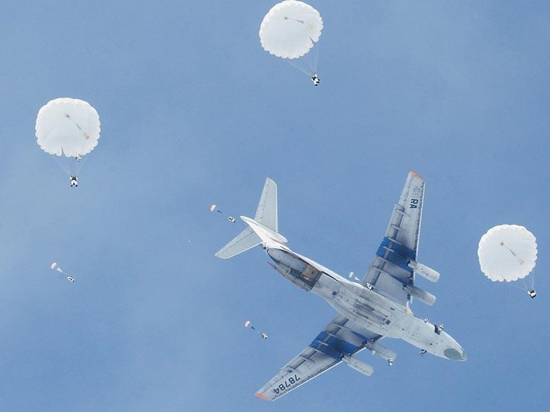 В Рязани десантников будут готовить к прыжкам с парашютом с помощью тренажера виртуальной реальности: 3D-очков и десятка датчиков. Об этом сообщила пресс-служба Минобороны