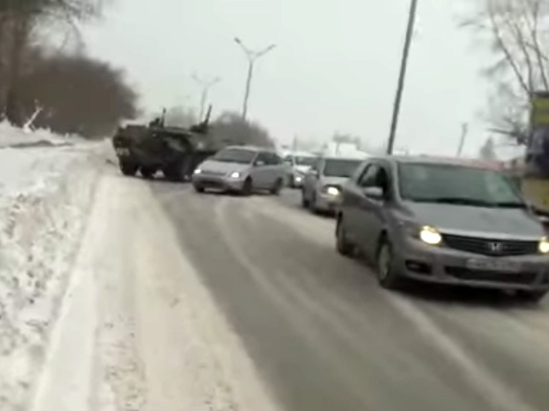 На окраине Новосибирска столкнулись два армейских бронетранспортера