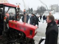 """В Рязани на встречу депутата областной думы Александра Шерина с обманутыми дольщиками """"замороженных"""" строек приехали снегоуборочные тракторы, чтобы разогнать митингующих"""