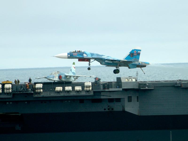 """Первая группа боевых самолетов вернулась с крейсера """"Адмирал Кузнецов"""" на базу"""