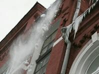 На Алтае снежный ком с крыши поликлиники зашиб мальчика