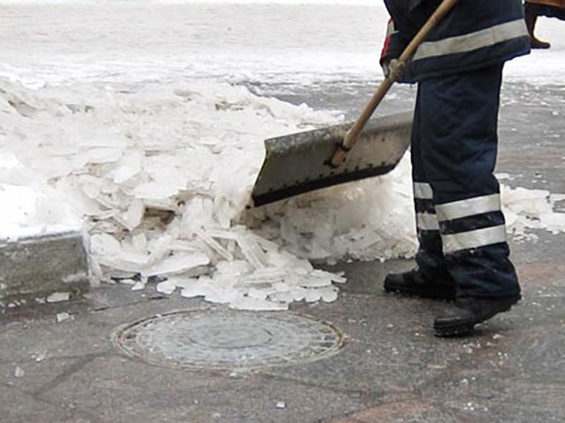 Неравнодушные пожарные почистили крыльцо новокузнецкой больницы, когда пришли туда с проверкой