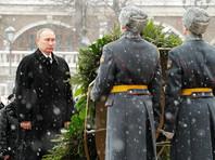 Одно из таких событий прошло в четверг у стен Кремля - в Александровском саду. Как передает ТАСС, президент России Владимир Путин возложил венок к могиле Неизвестного солдата