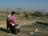 На Западном берегу и в Восточном Иерусалиме, которые Израиль захватил в 1967 году в ходе войны на Ближнем Востоке, проживает около 400 тысяч поселенцев