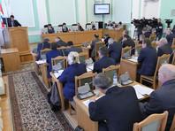 Омским депутатам запретили брать в помощники детей и супругов