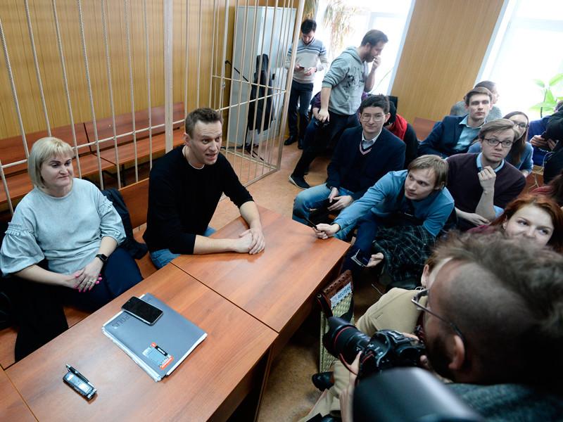 Политик Алексей Навальный (в центре) на заседании Тверского районного суда города Москвы, где рассматривается административное дело об организации несанкционированной акции в центре столицы, 27 марта 2017 года