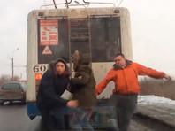 Водитель троллейбуса стал героем Рунета, отпинав зацеперов (ВИДЕО)