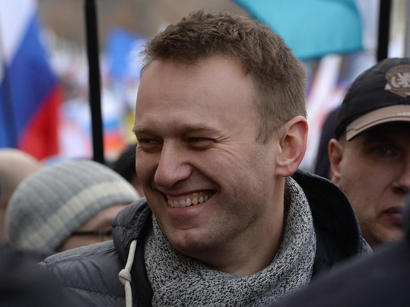 В Новосибирске неизвестный кинул несколько яиц в оппозиционера Алексея Навального, который пришел на масштабный митинг против повышения тарифов на жилищно-коммунальные услуги
