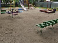 В Краснодаре пьяные подростки устроили поклонение свастике на детской площадке (ВИДЕО)