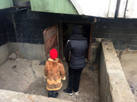В подвале керченского дома семилетняя девочка месяц жила с матерью в компании бомжей
