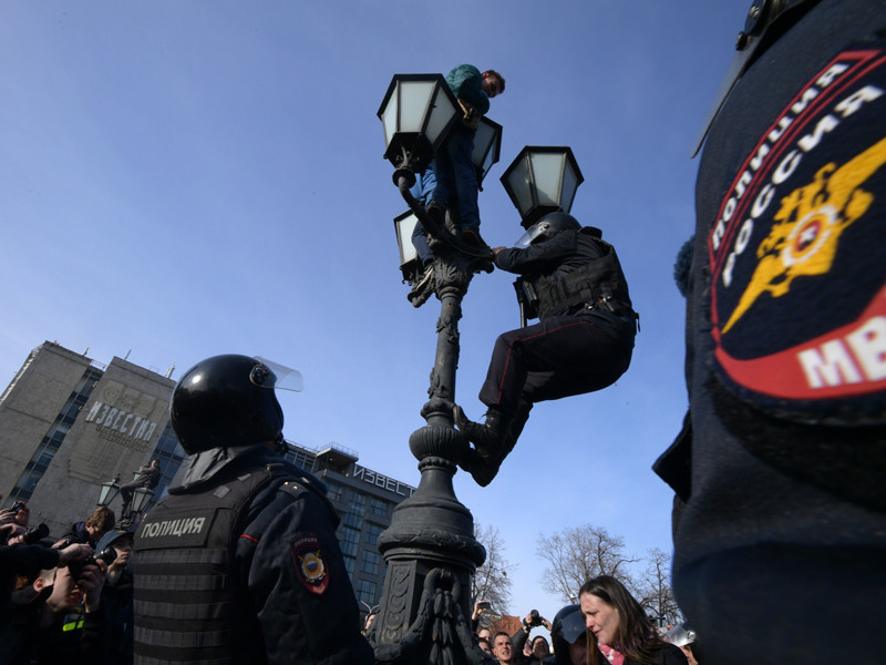 Агентство утверждает, что Шингаркин-младший - тот самый подросток, который во время акции протеста залез на фонарь, установленный на Пушкинской площади у памятника поэту