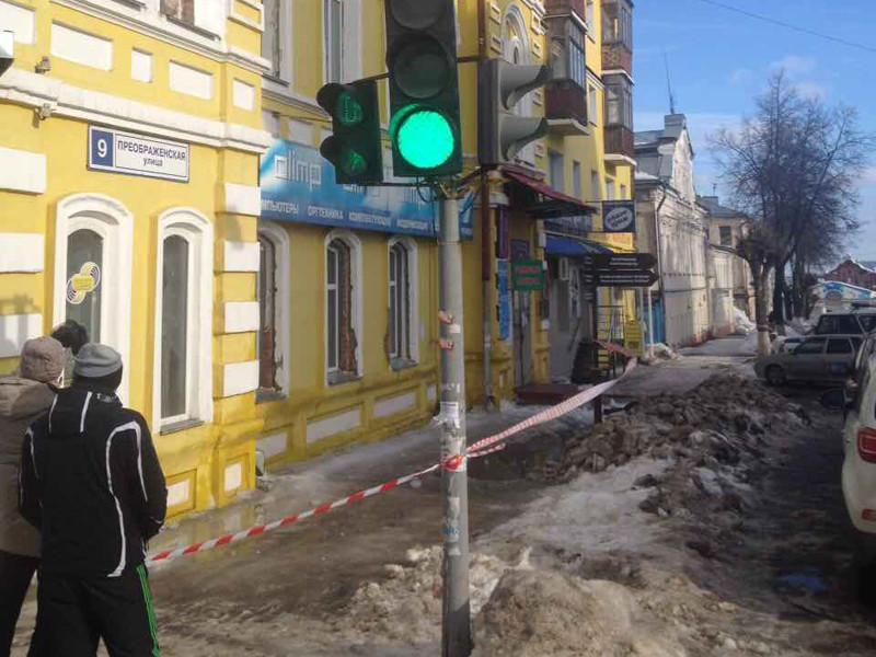В Кирове женщину, шедшую по улице с внуком, убило упавшим с крыши снегом