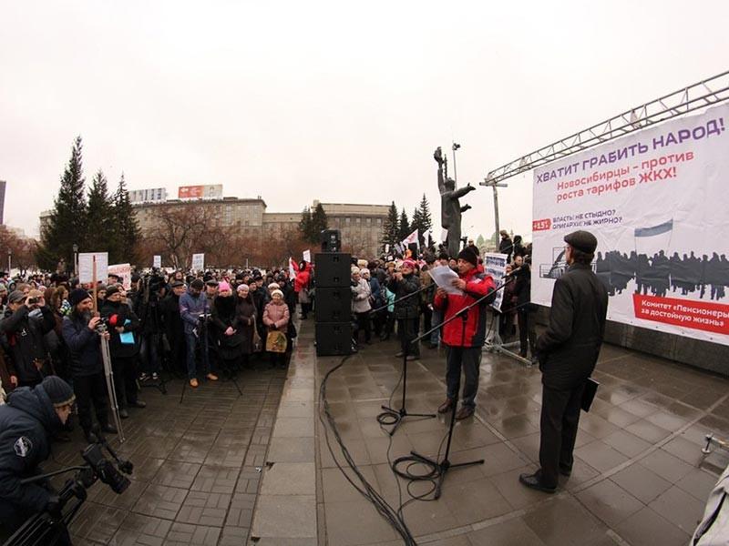 """В Новосибирске в субботу прошла очередная - шестая по счету - акция протеста против повышения коммунальных тарифов. """"Тайга.инфо"""" сообщает, что, несмотря на плохую погоду, на площади Ленина собралось больше тысячи человек. В мэрии число участников оценили в 600 человек"""