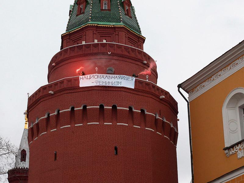 """ФСО прокомментировала фотографию, на которой на Угловой Арсенальной башне Кремля висит плакат """"Национальная идея - феминизм"""""""