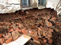 На сайте регионального управления Следственного комитета размещены фотографии обрушения. На них видно, что стена, часть которой обвалилась, уже подвергалась реставрационным работам