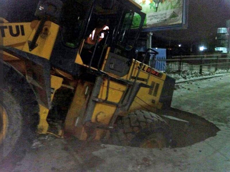 На одной из улиц Хабаровска снегопогрузчик частично ушел под землю из-за того, что под ним провалился асфальт дорожного полотна