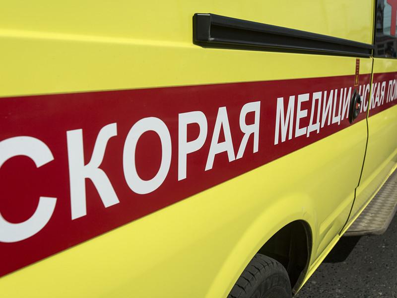 В центре Новосибирска мужчина преградил дорогу машине реанимации, разделся и начал швырять вещи в автомобиль