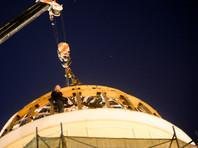 "Активисты ""Архнадзора"" взобрались на купол дома Волконских на улице Воздвиженка в Москве"