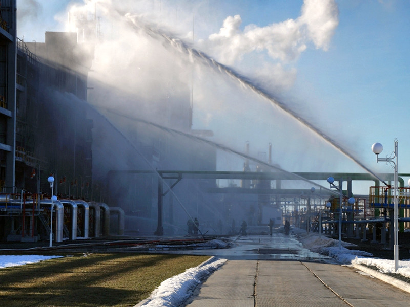 В тушении огня принимали участие 232 человека, было задействовано 44 единицы техники, в том числе - пожарный поезд. Погибших и пострадавших нет. Причины пожара устанавливаются