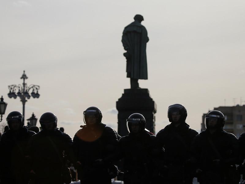 В Москве на реставрацию до сентября закрыт памятник поэту Александру Сергеевичу Пушкину на Пушкинской площади, часть которой в связи с проведением работ была огорожена забором