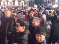 В столице Бурятии Улан-Удэ около 200 человек вышли на несанкционированную властями акцию протеста. Поводом для митинга стал инцидент на рынке (по другой версии, в торговом центре), где мигрант из Киргизии оскорбил пожилую местную жительницу