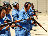 Афганские полицейские на тренировке по стрельбе из автоматов Калашникова