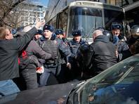Автозаку с Навальным не дают уехать