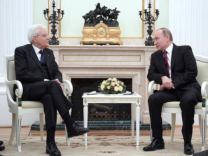 Российский президент Владимир Путин встретился в Кремле с президентом Италии Серджо Маттареллой, который прибыл в Россию с официальным визитом, сообщается на сайте Кремля. Обсуждались трудности, которые российско-итальянские отношения переживают из-за европейских санкций