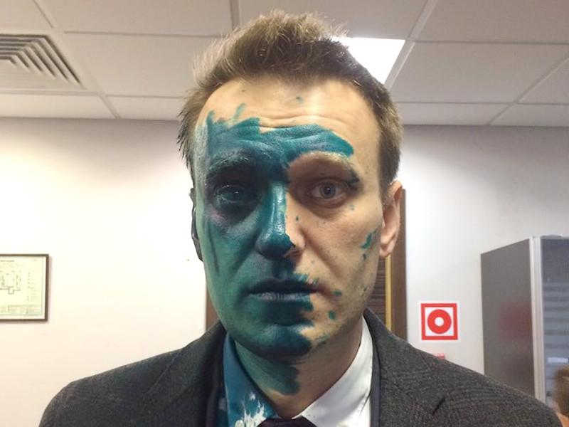 В Москве совершено нападение на оппозиционера Алексея Навального. Его облили зеленкой и повредили глаз
