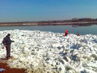 В Кузбассе находчивые спасатели сняли со льдины босую и полураздетую женщину, угрожавшую броситься в воду
