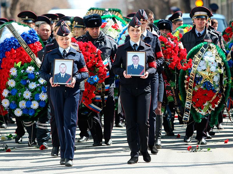 В Астрахани проводили в последний путь инспекторов ДПС Владимира Дьяконова и Дмитрия Школьникова, застреленных бандитами в ночь на 4 апреля