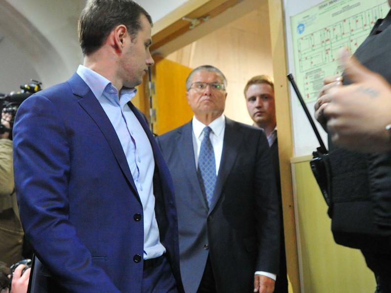 Мосгорсуд признал законным продление до 15 июля домашнего ареста бывшему министру экономического развития РФ Алексею Улюкаеву, обвиняемому в получении крупной взятки