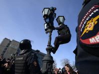 Роман, который неделю назад залез на фонарный столб на Пушкинской, стал одним из символов московской акции 26 марта