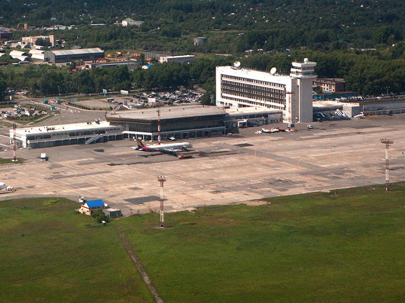 Самолет Ан-26 совершил экстренную посадку в аэропорту Хабаровска из-за треснувшего стекла в кабине пилотов