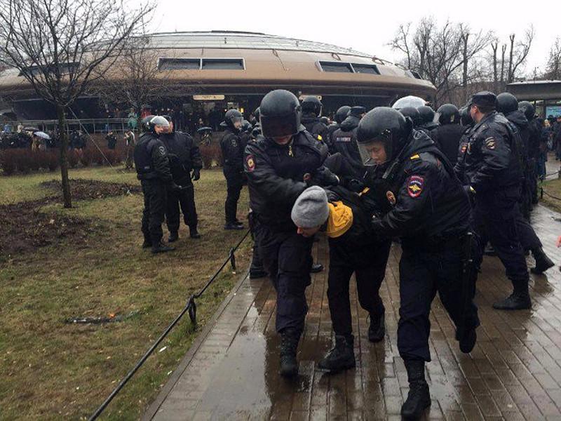 """Несанкционированная акция """"Надоел"""" в Петербурге обернулась массовыми задержаниями"""
