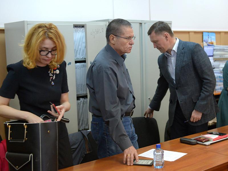 Алексей Улюкаев в здании Басманного суда, 12 апреля 2017 года