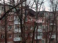 Взрыв произошел на пятом этаже пятиэтажного кирпичного жилого дома. Возгорания не произошло, крыша секции просела
