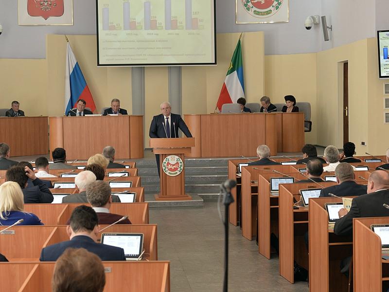 Глава Хакасии Виктор Зимин 27 апреля отправил в отставку правительство республики. Также он объявил о решении сократить количество министерств с 32 до 23