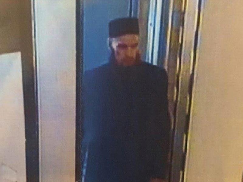 """Один из предполагаемых террористов попал на камеры видеонаблюдения в метро Петербурга. Телеканал РЕН ТВ опубликовал фотографию предполагаемого террориста. Журналисты отмечают, что мужчина зашел в метро на станции """"Сенная площадь"""", оставил в вагоне метро рюкзак и вышел"""