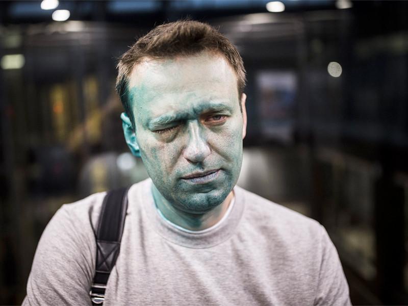 Московская полиция начала проверку после того, как оппозиционеру Алексею Навальному плеснули зеленкой в лицо и повредили глаз